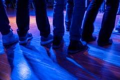 Ноги людей ждать на этапе Стоковое Изображение