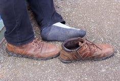 Ноги людей и старые коричневые кожаные ботинки Стоковые Фотографии RF