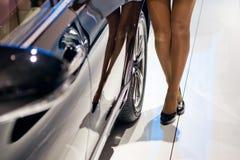 Ноги девушки около автомобиля Стоковые Изображения RF