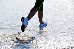 ноги девушки jogging Стоковое Изображение