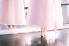Ноги Ballerine в ботинках pointe и розовой воздушной балетной пачке обходят reflecte стоковые фотографии rf