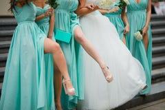 Ноги Bridesmaids Одетый в голубых платьях На предпосылке лестниц Стоковые Фотографии RF