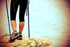 ноги hiker женщины идя на горную тропу взморья Стоковые Изображения RF