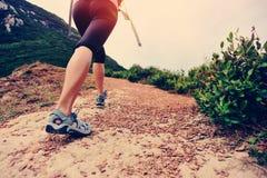 ноги hiker женщины идя на горную тропу взморья Стоковое Фото