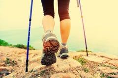 ноги hiker женщины идя на горную тропу взморья Стоковое фото RF
