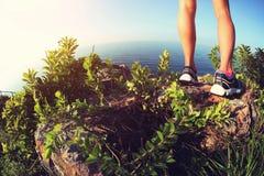 Ноги hiker женщины на горе взморья Стоковое фото RF