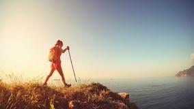 Ноги hiker женщины на горе взморья Стоковая Фотография