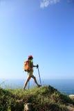Ноги hiker женщины на горе взморья Стоковая Фотография RF
