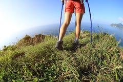 Ноги hiker женщины на горе взморья Стоковое Изображение