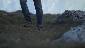 Ноги hiker идя вверх холм видеоматериал