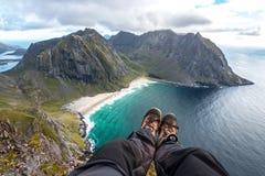 Ноги Hiker над пляжем Стоковые Фотографии RF