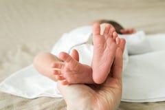 Ноги newborn стоковая фотография rf
