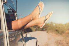 Ноги ` s девушки в автомобиле Стоковые Изображения