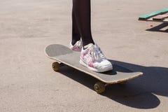 Ноги ` s девушки на скейтборде Стоковые Фотографии RF