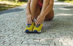 Ноги ` s женщины в желтых ботинках спорт Стоковые Фото