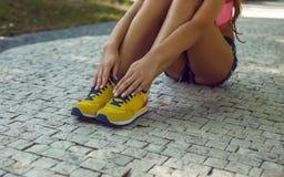 Ноги ` s женщины в желтых ботинках спорт Стоковое Фото