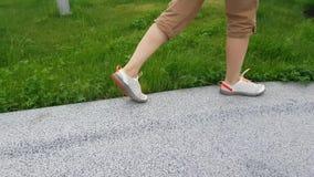 Ноги ` s женщины идя на путь видеоматериал