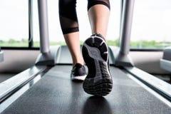 Ноги ` s женщины мышечные на третбане Стоковые Фотографии RF