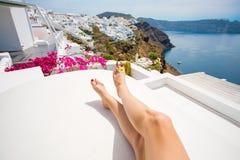 Ноги ` s женщины на крышах красивых домов Santorini Стоковая Фотография RF