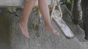 Ноги ` s женщины на пляже сток-видео