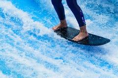 Ноги ` s женщины стоя на surfboard Стоковое Фото