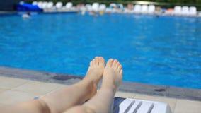 Ноги ` s женщин на предпосылке бассейна с открытым морем на открытом воздухе Перемещение, здоровый образ жизни сток-видео