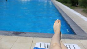 Ноги ` s женщин на предпосылке бассейна с открытым морем на открытом воздухе Перемещение, здоровый образ жизни акции видеоматериалы