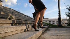 Ноги ` s коммерсантки в пятках шагая - вниз лестницы видеоматериал