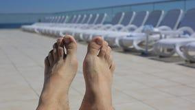 Ноги ` s людей на предпосылке loungers солнца бассейном Перемещение, здоровый образ жизни акции видеоматериалы