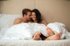 Ноги ` s пар под одеялом Стоковая Фотография