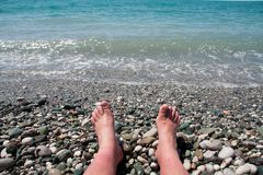 Ноги ` s человека на пляже стоковое фото rf