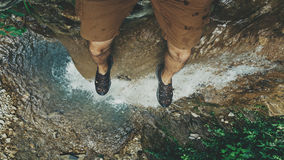 Ноги selfie на скале с концепцией каникул приключения образа жизни перемещения взгляда водопада стоковая фотография rf