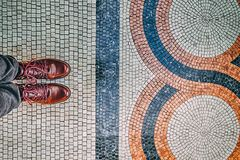 Ноги selfie Стильные бургундские ботинки и восхитительный пол мозаики стоковые фотографии rf