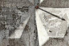 Ноготь в бетонной стене стоковое изображение rf