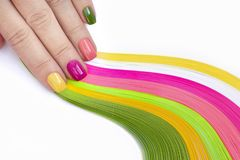 ноготь искусства Розовый, зеленый, желтый, маникюр персика стоковая фотография