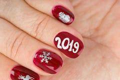 Ноготь пальца с картиной рождества стоковые фотографии rf