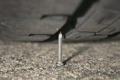 Ноготь против автошины Стоковая Фотография