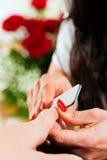 ноготь manicure получая женщину салона стоковые изображения