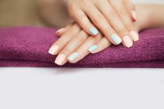 Ногти в курорте красивейший manicure Косметические процедуры с руками и ногтями Лежать на винтовке Концепция красоты и здоровья Стоковые Фото
