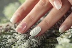 Ногти дизайна маникюра зимы, мягко розовый и белый цвет стоковые фото