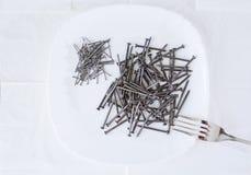 Ногти лежа на плите сервировка Стоковое Изображение
