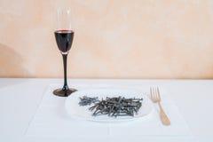 Ногти лежа на плите сервировка Стоковое Фото