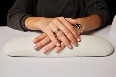 Ногти женщины красочные покрашенные деланные маникюр Стоковые Фото