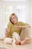 Ногти женщины полируя Стоковое Изображение
