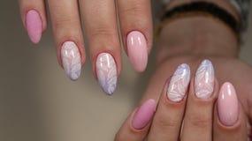 Ногти дизайна маникюра чувствительные от женщины Стоковые Изображения