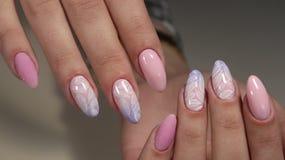 Ногти дизайна маникюра чувствительные от женщины Стоковые Фото