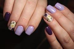 Ногти дизайна цветов маникюра фиолетовые Стоковое фото RF