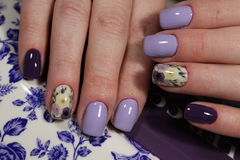 Ногти дизайна цветов маникюра фиолетовые Стоковые Изображения