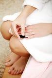 Ногти картины женщины в утре. Стоковая Фотография