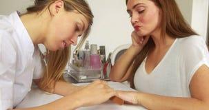 Ногти клиентов опиловки техника ногтя усмехаясь акции видеоматериалы